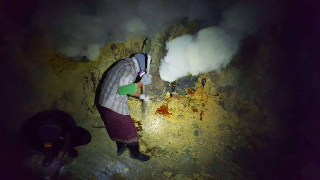 Mineros de azufre en Crater Ijen