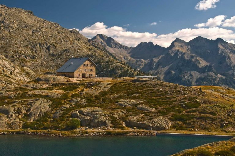 hiking trails in the Spanish Pyrenees the Bachimaña Refuge