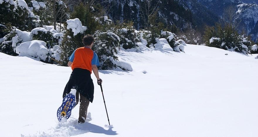 raqueta para senderismo de montaña en invierno