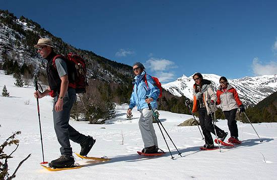 Senderistas de paseo por la nieve