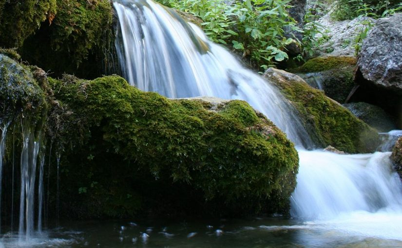 Hiking trails with water to travel in Spain this summer