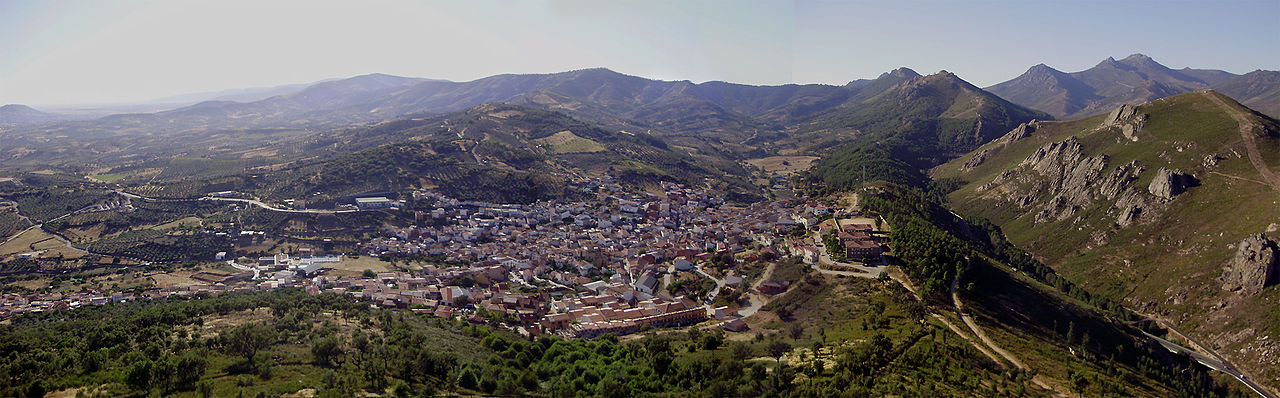Vista del pueblo Cañamero, rutas de senderismo por Extremadura